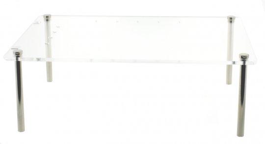 Transparenter Objekttisch mit Öffnungen für Schmuckbefestigung